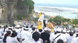 Upacara Melasthi di Pantai Pandawa Bali