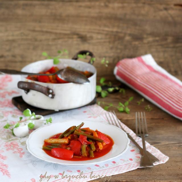 Fasolka szparagowa z papryka, pomidorami i cebulą