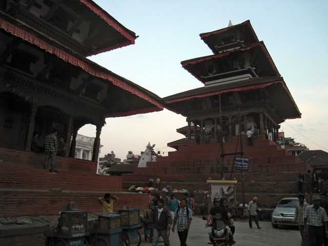 Enfrente, el templo Maju Deval; a la izda., el templo Narayan