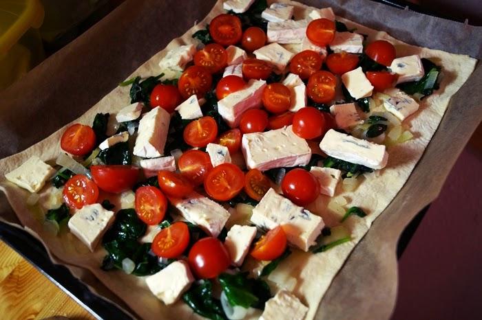 Pizza mit frischenm Spinat und Gorgonzola