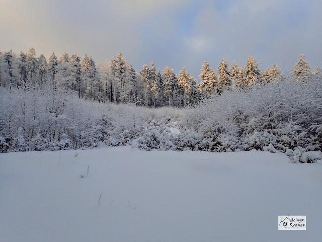 Śnieg w górach przy zachodzie słońca