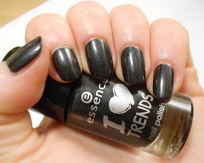http://inaspolishbox.blogspot.de/2016/01/sings-essence-20-turn-on-black.html