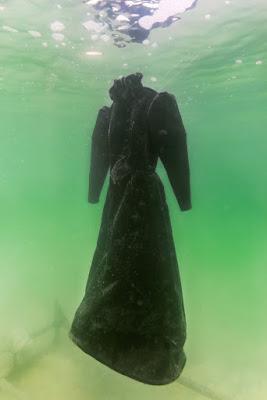 Αυτό συμβαίνει εάν αφήσεις ένα φόρεμα για δύο μήνες στη Νεκρά Θάλασσα
