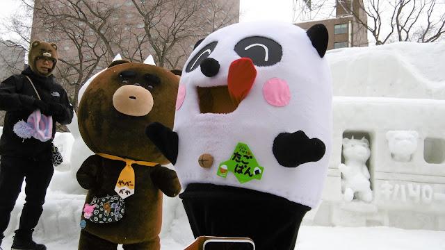 北海道、さっぽろ雪まつりの会場で見たゆるキャラ、やべーべやとたごぱん
