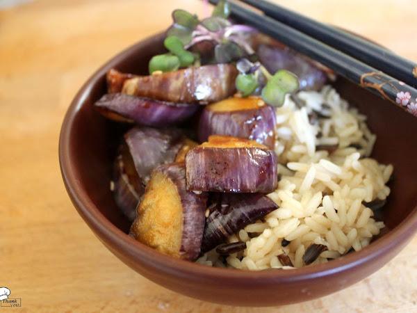 Gebratene Aubergine mit zweierlei Reis & roten Rettichsprossen