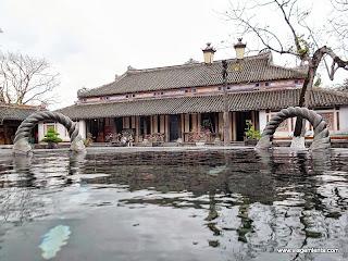Relato de viagem à cidade de Hue, região central do Vietnã e sua grande cidadela da dinastia Nguyễn  às margens do Rio Perfume.