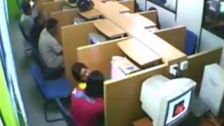 Asik Ciuman Dibilik Warnet Terekam CCTV