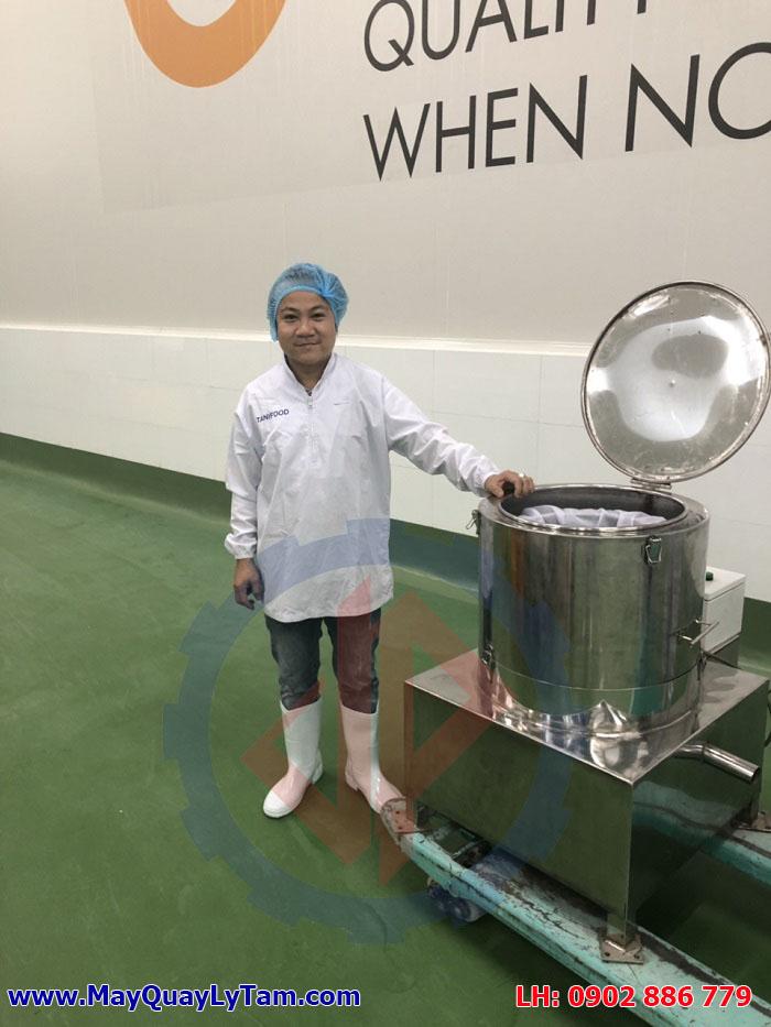 Kiểm tra, test máy khi bàn giao máy vắt ráo thực phẩm, máy ly tâm tách nước inox cho một khách hàng tại Tây Ninh