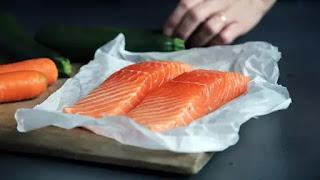Tips Mudah Hilangkan Bau Amis Ikan Salmon