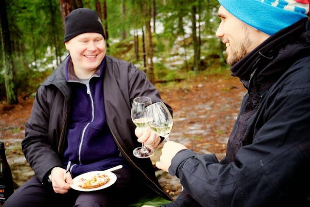 Jens ja Janne kilistää viinilaseja