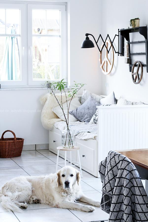 DIY Peacezeichen Leuchtobjekt Tagesbett Hemnes Ikea schwarze Scherenlampe Golden Retriever Paul