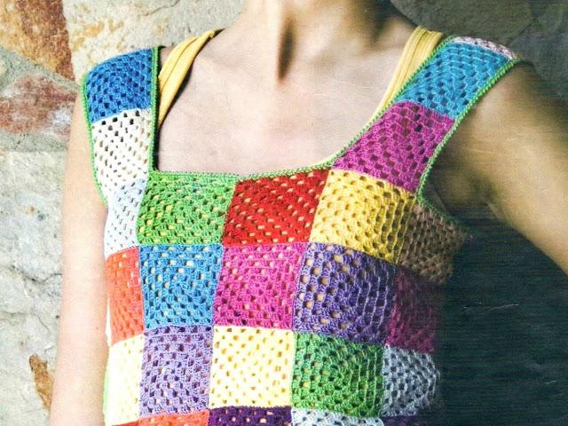 Top con 70 cuadraditos de colores a ganchillo