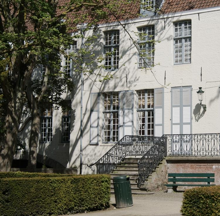 Blog & Fotografie by it's me! - weißes Backsteinhaus mit hellgrauen Fensterläden in Brügge, Belgien
