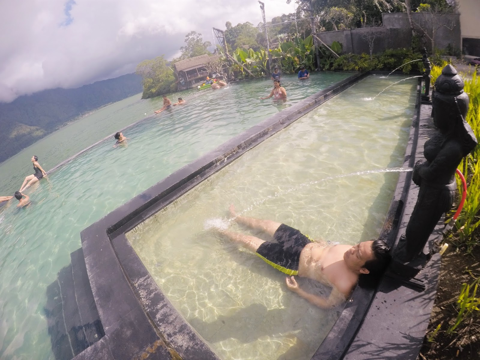 Feel the fresh mount air affect your peel BeachesinBali; TOYA DEVASYA HOT SPRING : BERENANG DI INFINITY POOL VIEW GUNUNG? SEMPURNA!