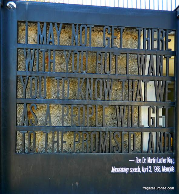 Portão do Museu Nacional dos Direitos Civis de Memphis, com frase de Martin Luther King