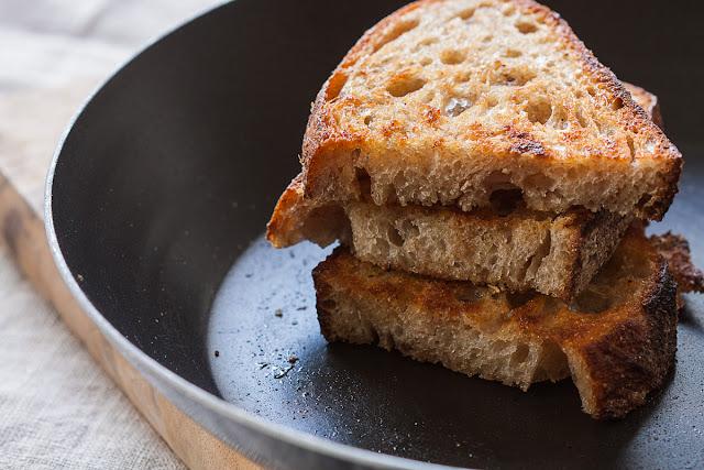 Podgrijavanje starog hleba/kruha u tiganju