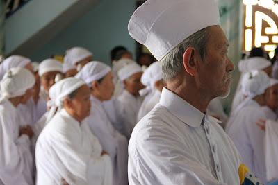 Fieles devotos en Cao Dai