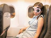 Cara Tidur Nyaman dan Nyenyak di Pesawat Kelas Ekonomi