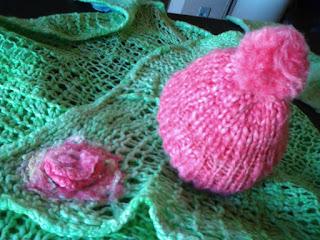 manta verde  e gorro rosa choque tricotado com lã de ovelha