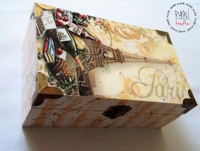 pudełko z Paryżem w tle