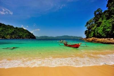 Pesona Pantai Teluk hijau Banyuwangi