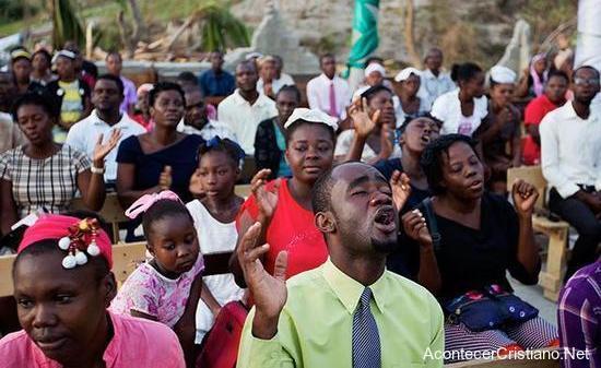 Cristianos haitianos adoran a Dios en iglesia destruida
