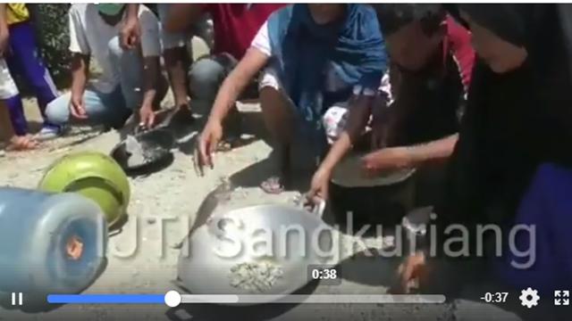 Kecewa Penanganan Korban Gempa Lambat, Warga Palu Demo Makan Batu
