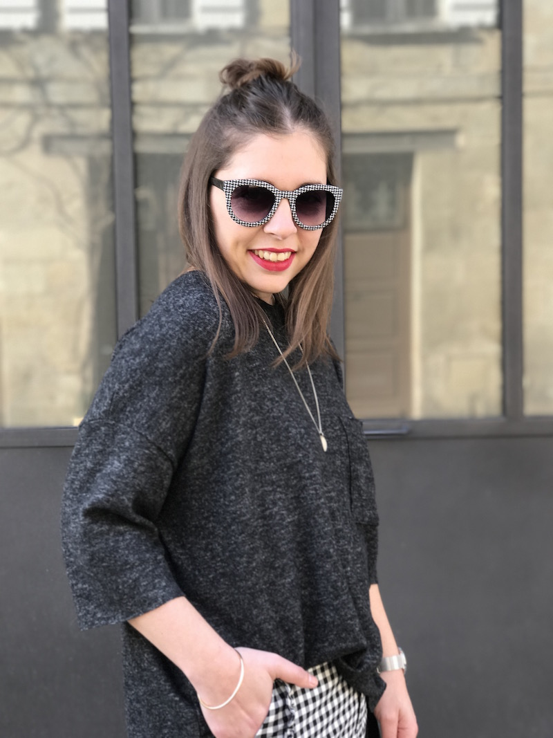 pull gris foncé Zara, pantalon vichy a froufrou Zara,médaille l'atelier d'amaya