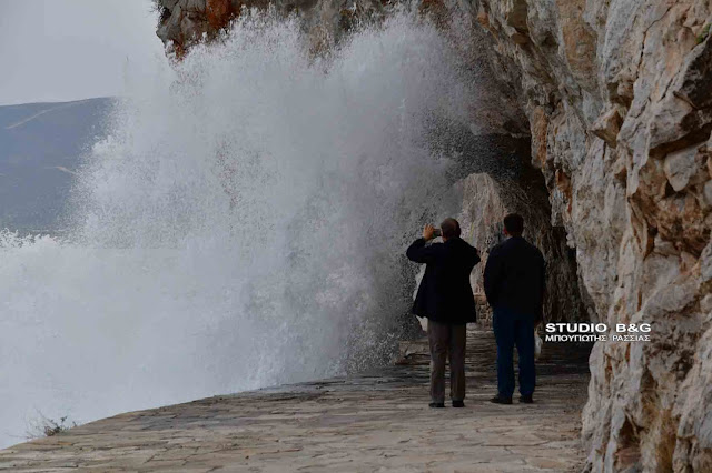 Αγρίεψε η θάλασσα στο Ναύπλιο από τους δυνατούς ανέμους (βίντεο)