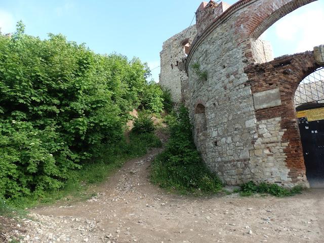 Wejście na zamek Rudno od frontu