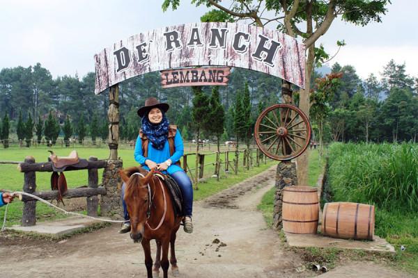 Kegiatan berkuda ala cowboy di De Ranch Lembang Bandung