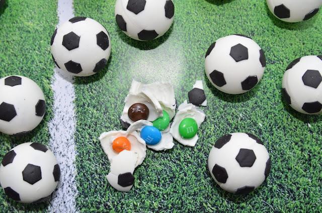 """Так сделать и оформить торт «Футбольный мяч», торт футбольный мяч, оформление тортов, оформление шарообразных тортов, торты для мальчиков, торты для мужчин, как сделать торт футбол, как сделать торт шар, торты спортивные, торты для спортсменов, торты на 23 февраля, как сделать торт футбольный мяч, как оформить торт футбольный мяч, футбол, футболистам, футбольный мяч, футбольное поле, еда, рецепиы, рецепты кулинарные, рецепты праздничные, орты """"Футбольный мяч"""". Рецепты, мастер-классы и идеи оформления http://prazdnichnymir.ru"""