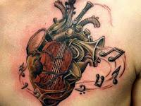 tatuaje de corazon con instrumentos musicales