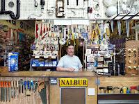 Nalbur dükkanında çeşitli hırdavat malzemeleri arasındaki nalbur