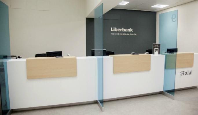 Fitch aplaude el cierre de sucursales y la reducci n de for Oficinas liberbank barcelona