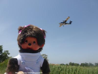 Diana la Monchhichi pose ave un avion en Espagne
