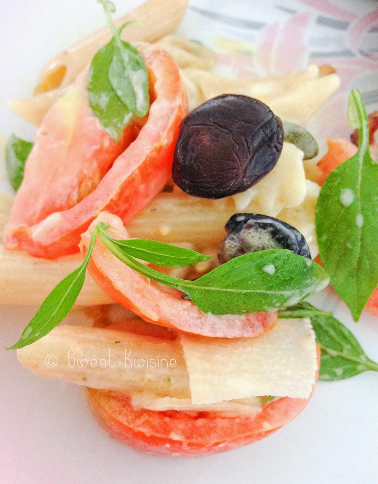 sweet kwisine, salade, pâtes, tomates, basilic, olives noires, cuisine rapide, cuisine végétarienne, italie, parmesan
