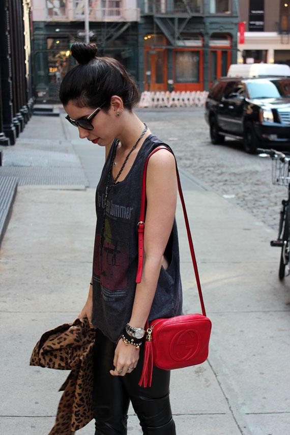 A It Girl Camila Coutinho também exibiu seu look com a Soho vermelha. Amei  a escolha do casaco de oncinha em contraste com o vermelho da bolsa e o  couro da ... 12d73b87c5