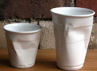 diseño creativo de taza con apariencia de vaso desechable pero de ceramica