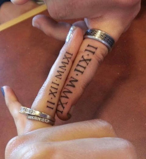 Estes numeral romano data do casamento tatuagens