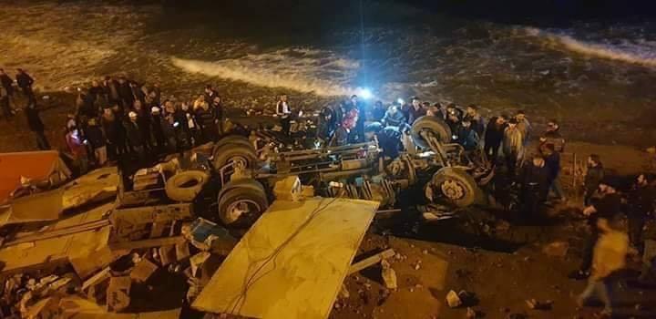 حادث خطير.. شاحنة تهوي من كونيش إلى شاطئ بالحسيمة وأنباء عن وفاة السائق