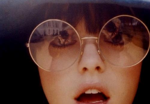 792743acf12fe Sabe aqueles famosos óculos do Harry Potter  Ou aqueles óculos que John  Lennon costumava usar  Então eles ficaram super em alta nos desfiles e  também nas ...