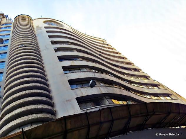 Fachada em perspectiva inferior do Edifício Ouro para o Bem de São Paulo - Centro