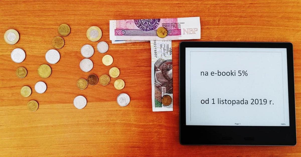 Ułożony napis z monet, banknotów oraz tekstu wyświetlanego na czytniku Kindle Oasis: VAT na e-booki 5% od 1 listopada 2019 r.