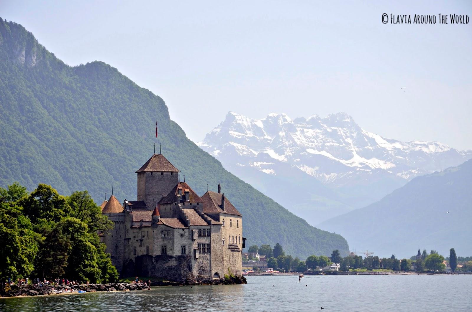 Castillo de Chillon sobre el lago Lemán y los Alpes de fondo, Suiza
