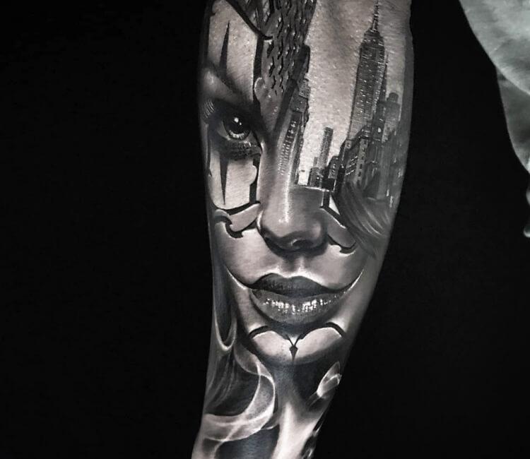 Tatuaje de un rostro de una bandida con fondo de la ciudad de los ángeles