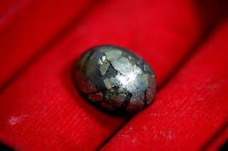 Batu Sigori Lafau Tabur Butiran Emas