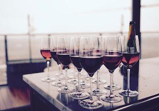 Verres de vin rouge et bouteille
