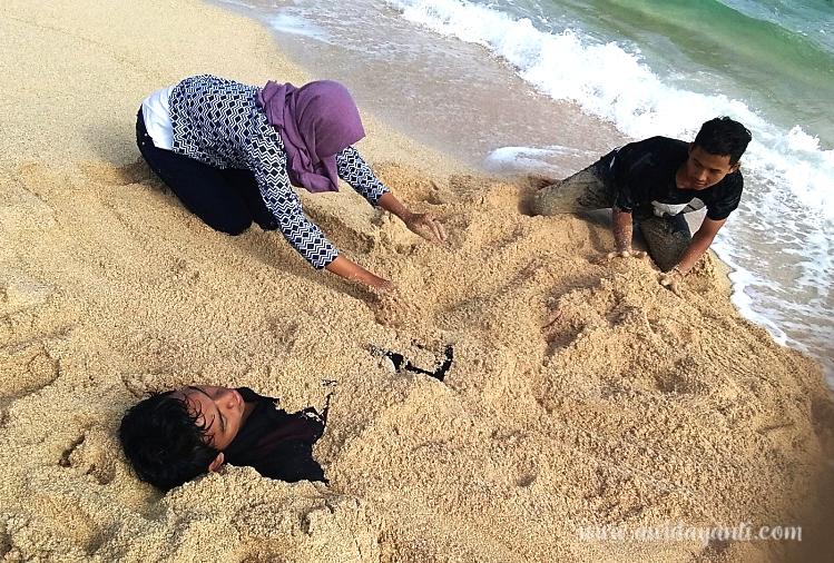 Bermain Pasir di Pantai Gondo Mayit