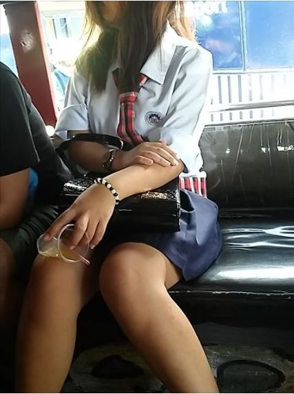 Viral ► A Student Inside A Jeepney Fall Asleep, But Something Happens That Makes A Passenger Did This!